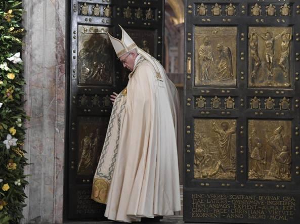 La preghiera di Papa Francesco «Resta aperta la porta della misericordia. Giubileo non finisce»